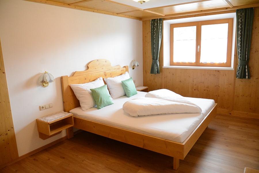 Couch Sowie Schwenkbarer Flachbildfernseher; Appartement Sonnberg Blick Ins Kleine  Schlafzimmer